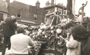 Gala Queen 1962, Vivien Heath crowned by Newsreader Tim Brinton