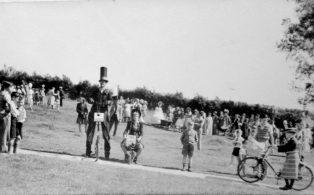 Gala day 1948, crowd on market field