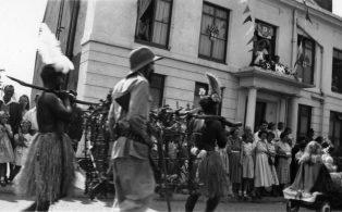 Gala procession 1953 Zulus passing Winterton House